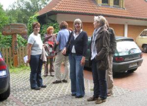 Vor dem Eingang der Blütenwelt Keilholz, einige Forumsmitglieder